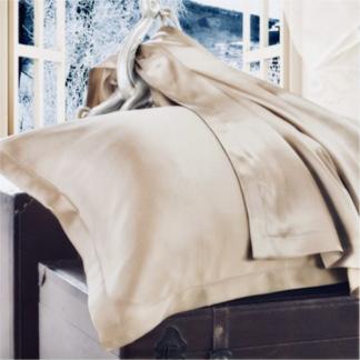 ベージュ色のシルク枕カバー