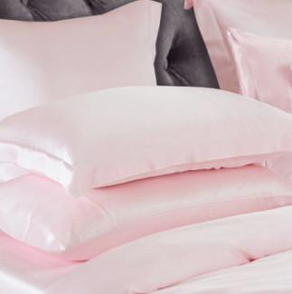 ピンク色のシルク枕カバー