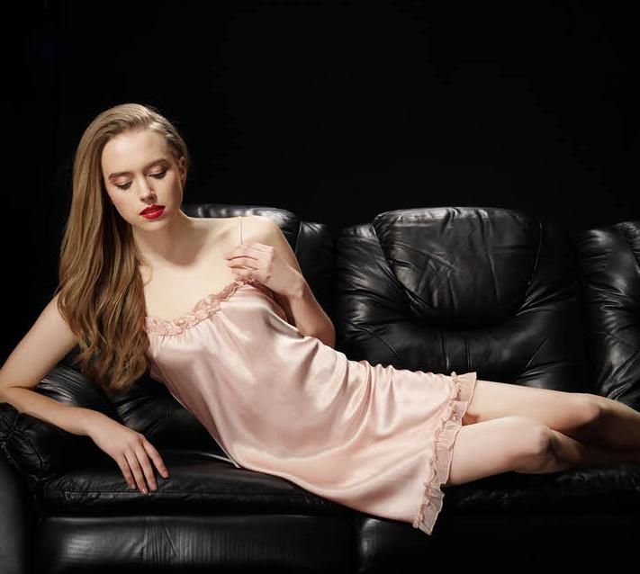 ピンク色のシルクスリップ ベビードール